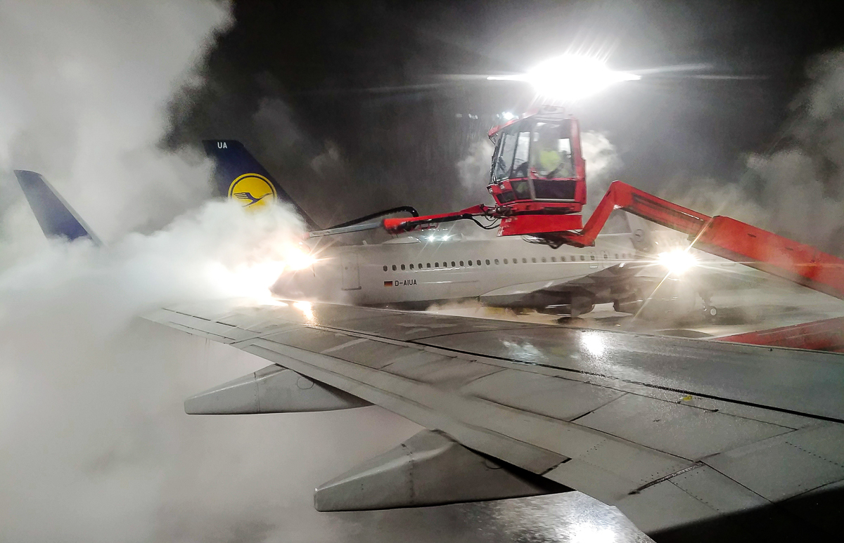 Enteisungskran am Flughafen Oslo