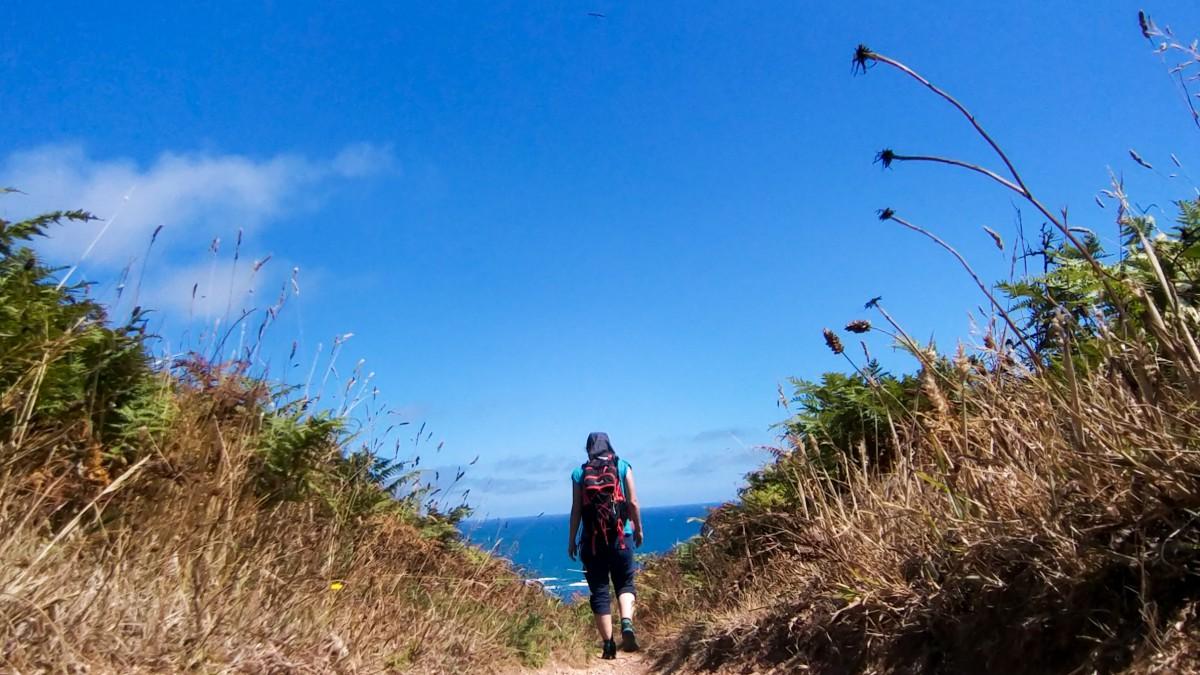 Wanderin Richtung Meer