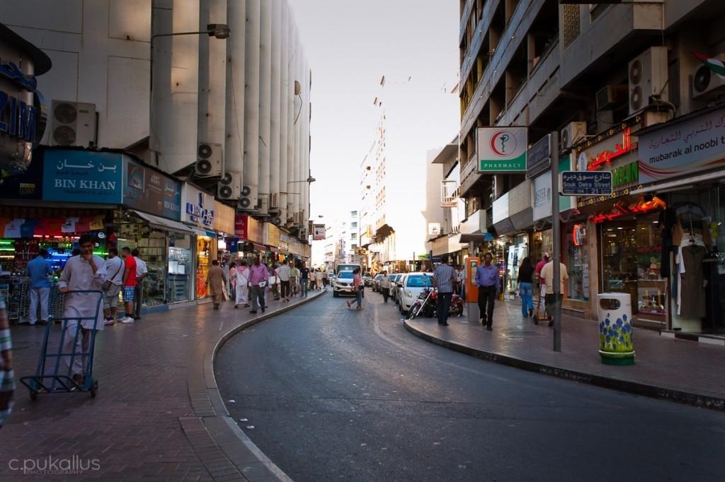 Größere Straße in der Nähe des Naif Souqs in Dubai.